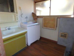 鴨川市の中古住宅 海が見える売家 南総ユニオン株式会社 洗面脱衣室はレトロな感じ
