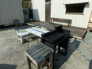 エコ!椅子やテーブルは廃材から