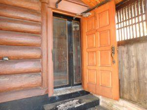 千葉県館山市岡田の中古住宅 売りログハウス 南房総の別荘や移住として 南総ユニオン株式会社 丸太がワイルドです