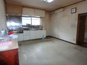 千葉県南房総市上滝田の中古住宅 南房総の不動産 お店付物件 台所のクロス張替えは必須