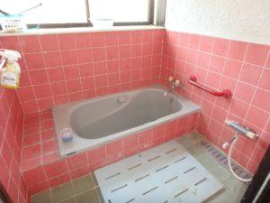 千葉県南房総市上滝田の中古住宅 南房総の不動産 お店付物件 明るい浴室です