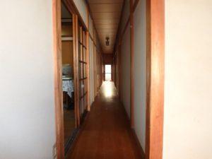 千葉県南房総市上滝田の中古住宅 南房総の不動産 お店付物件 玄関入ると長ーい廊下