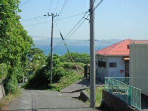 千葉県館山市波左間の別荘物件 南房総の中古住宅 海近くの不動産 一段降りた道からは海が見える