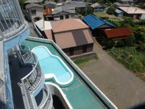 千葉県鴨川市東江見のリゾートマンション、鴨川の不動産、南房総の海が見える物件 下を見るとミニプール