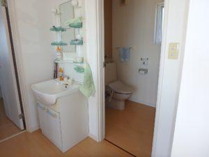 千葉県南房総市白浜町 海一望の物件 海が見える別荘 おしゃれな家 2階のトイレと洗面