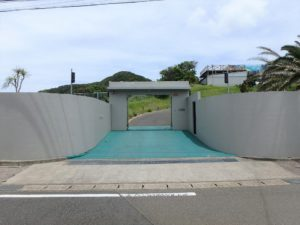 千葉県館山市坂井の豪華高級別荘 海一望の物件 館山の海が見える中古 道路側から見てみましょう