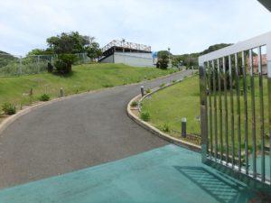 千葉県館山市坂井の豪華高級別荘 海一望の物件 館山の海が見える中古 堅牢なゲートを入ると全容が