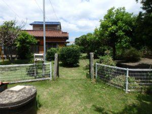 千葉県館山市の不動産 中古住宅 海が見える物件 田舎暮らし 私道側から敷地に入ります