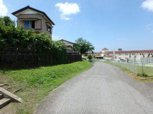千葉県館山市の不動産 中古住宅 海が見える物件 田舎暮らし 北側の接道は一段低いが広い