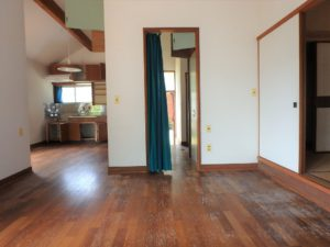 千葉県館山市館山の不動産 中古住宅 館山の別荘 キッチン方面を見てみます