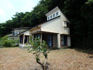 千葉県館山市館山の不動産 中古住宅 館山の別荘 東側は樹々が生い茂ってます