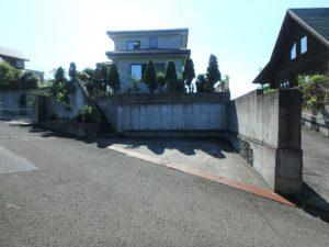 千葉県館山市加賀名の不動産 館山ポピーランドの中古住宅 海一望海が見える物件 こちらは東側の道路です