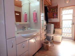 千葉県館山市浜田の不動産 海が見える別荘 海一望の物件 オープンな洗面コーナー