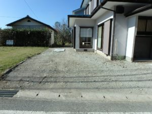 千葉県館山市見物の不動産 中古住宅 海浜エリア リフォーム済み 建物横の駐車スペースです