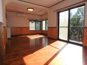 千葉県館山市岡田の不動産、山の中の別荘、田舎移住、リビングもゆとりあります