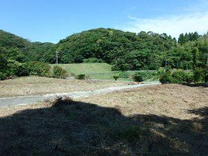 千葉県館山市正木の不動産、山林、小屋付き、ドッグラン、動物飼育、個人キャンプ場、道路の向こうには堰がある