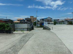 千葉県南房総市富浦町多田良の不動産、土地、海水浴場近く、海が見える、敷地の真ん中の道です