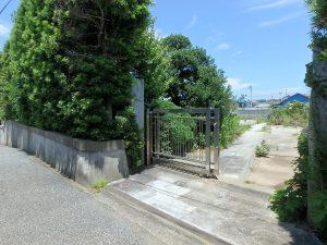 千葉県南房総市富浦町多田良の不動産、土地、海水浴場近く、海が見える、宅地跡で重厚な門がある