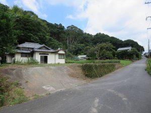千葉県館山市宮城の不動産、古家付き土地、田舎暮らし、二地域居住、DIY物件、道路から一段高い地盤です