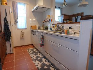 千葉県館山市長須賀の不動産、中古戸建て、築浅、移住、二地域居住、キッチンはタイル床だ