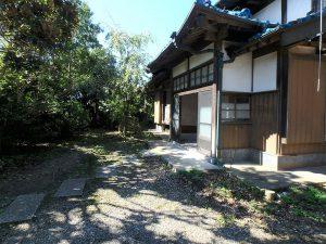 千葉県南房総市富浦町深名の不動産、古民家、富浦インター近く、別荘、移住、田舎暮らし、建物は緑に囲まれてる