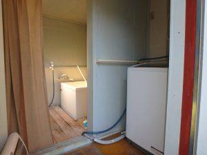 千葉県鴨川市川代の不動産、山林、別荘、キャンプ場用地、洗面浴室は外に出た別棟