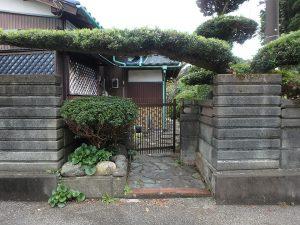 千葉県夷隅郡大多喜町堀切の不動産、田舎暮らし、移住、手入れされた槙をくぐって
