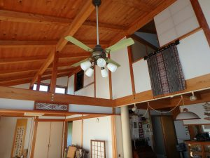 千葉県鴨川市天面の不動産、海が見える家、海前、別荘、昇り梁で広い空間を演出