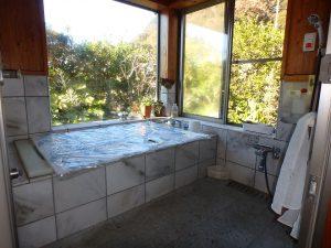 千葉県鴨川市天面の不動産、海が見える家、海前、別荘、坪庭を眺め入れる浴室