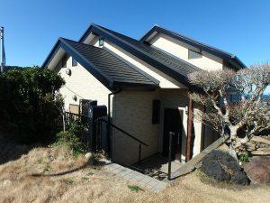 千葉県館山市加賀名の不動産、海が見える別荘、ポピーランド、海一望、一段下がって玄関です
