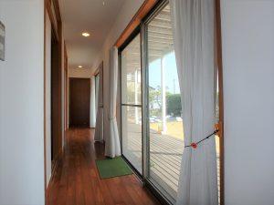 千葉県鴨川市横渚の不動産、前原海岸すぐ前、海一望別荘、高級別荘、庭に面した長い廊下で繋ぐ