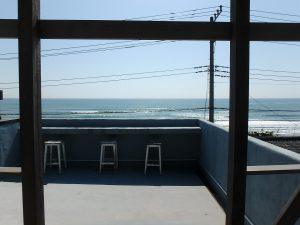 千葉県南房総市和田町白渚の不動産、海一望、海が見える別荘、ソファーに座って