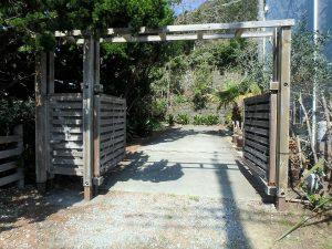 千葉県南房総市和田町白渚の不動産、海一望、海が見える別荘、ゲートを開き敷地内へ