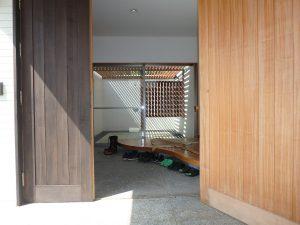 千葉県鴨川市横渚の不動産、前原海岸すぐ前、海一望別荘、高級別荘、大きなドアを開けると