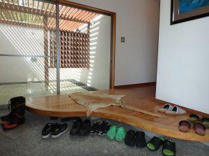 千葉県鴨川市横渚の不動産、前原海岸すぐ前、海一望別荘、高級別荘、波型に凝った上がり框