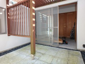 千葉県鴨川市横渚の不動産、前原海岸すぐ前、海一望別荘、高級別荘、玄関が明るくなります