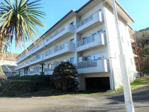千葉県館山市洲崎のマンション、洲崎ロイヤル、海が見える別荘、A棟を後に対象のB棟へ