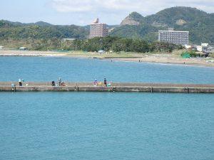 千葉県南房総市高崎の別荘、ハーバーアイランド岩井、海目の前、釣りを楽しむ人の姿も