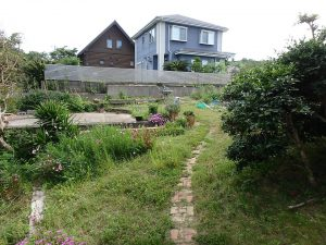 千葉県館山市見物の不動産、ポピーランド、ログハウス、海が見える、ミニログなら造れそうな庭
