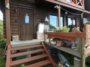 千葉県館山市見物の不動産、ポピーランド、ログハウス、海が見える、デッキに玄関