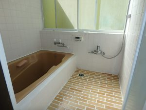千葉県鴨川市二子の不動産、海が見える別荘、二子棚田、おしゃれ、明るい浴室です