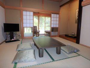 千葉県館山市神余の不動産、平家別荘、敷地広い、ドッグラン、まずは玄関正面の和室から