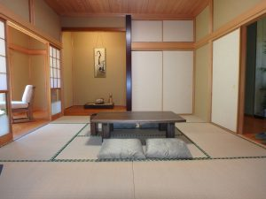 千葉県館山市神余の不動産、平家別荘、敷地広い、ドッグラン、床の間付きの8帖です
