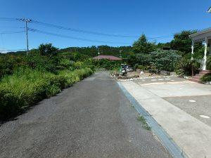 千葉県館山市神余に不動産、別荘、東虹苑内、築浅戸建て、玄関側の道路です