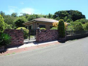 千葉県館山市神余の不動産、平家別荘、敷地広い、ドッグラン、道路側からの外観