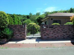千葉県館山市神余の不動産、平家別荘、敷地広い、ドッグラン、門を開けておじゃまします