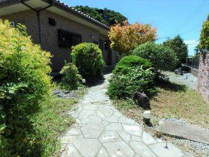 千葉県館山市神余の不動産、平家別荘、敷地広い、ドッグラン、玄関へのアプローチもイイ