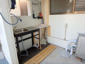 千葉県館山市船形の不動産、リフォーム済み戸建て、釣りの拠点、玄関前に魚の下ろし場?